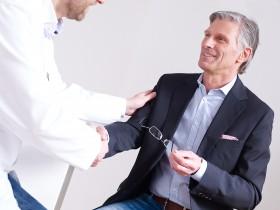 Mit einem Laser-Linsenaustausch kann fast jedem geholfen werden, auch bei sehr hoher Fehlsichtigkeit. Mit dem revolutionären Niedrigenergie-Femtolaser ist der kleine Eingriff ohne Messer besonders schonend.