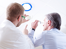 Ein brillenfreies Leben ist in jedem Alter möglich. Gerade bei der Grauer-Star-Operation ermöglichen Multifokale Linsen ein scharfes Sehen in Ferne und Nähe.